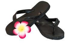 Flip-flop nero con il fiore fotografie stock libere da diritti