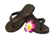 Flip-flop preto com flor fotos de stock