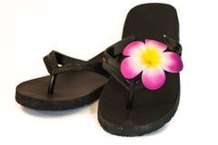 Flip-flop preto com flor imagem de stock royalty free