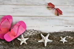 Flip-flop rosa e pesce bianco della stella fotografie stock