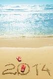 Flip-flop rossi sulla spiaggia Fotografia Stock Libera da Diritti