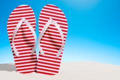 Flip-flop a strisce sulla spiaggia sabbiosa Cielo con lo spazio della copia illustrazione vettoriale