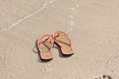 Flip-flop su una spiaggia Immagine Stock Libera da Diritti