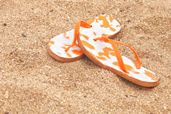 Flip-flop sulla sabbia Fotografie Stock