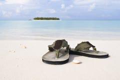 Flip-flop sulla spiaggia bianca della sabbia Immagine Stock Libera da Diritti