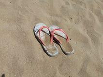 Flip-flop sulla spiaggia di sabbia Fotografia Stock