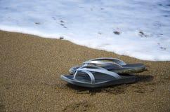 Flip-flop sulla spiaggia sabbiosa fotografia stock libera da diritti