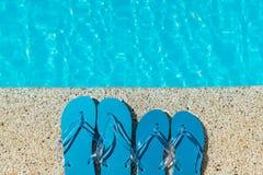 Flip Flop sur le bord en pierre de piscine de plancher avec la surface du fond de l'eau photos stock