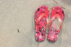 Flip Flops auf dem Strandsand-Beschaffenheitshintergrund Lizenzfreie Stockfotos