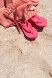 Flip Flops Bag Starfish en concepto del día de fiesta de la playa de la arena Foto de archivo