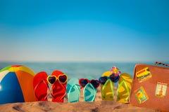 Flip-flops, bola de praia e mala de viagem imagem de stock royalty free