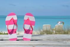 Flip-flops contra o oceano foto de stock