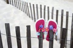 Flip-flops em uma cerca Fotos de Stock Royalty Free