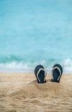 Flip-flops em uma praia arenosa Fotografia de Stock