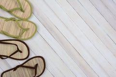 Flip Flops en el fondo de madera Fotografía de archivo libre de regalías