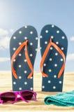 Flip Flops im Sand mit Sonnenbrille stockbilder