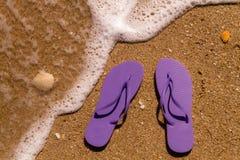 Flip Flops na água Imagens de Stock Royalty Free