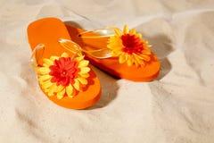 Flip-flops na praia foto de stock
