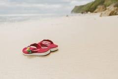 Flip-flops na praia em Bali, Indonésia Imagem de Stock
