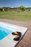Flip-flops o swimming-pool imagens de stock royalty free
