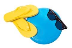 Flip Flops Sunglasses And Frisbee auf Weiß Lizenzfreies Stockfoto