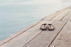 Flip Flops On un embarcadero de madera Imagen de archivo libre de regalías