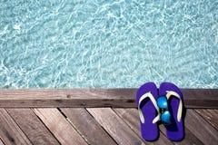 Flip Flops y gafas de sol en el embarcadero Imagen de archivo libre de regalías
