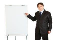 flipchart бизнесмена давая представление используя стоковая фотография