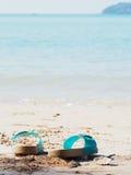 Flipflop στην παραλία άμμου Στοκ φωτογραφία με δικαίωμα ελεύθερης χρήσης