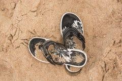 Flipflops στην άμμο Στοκ φωτογραφία με δικαίωμα ελεύθερης χρήσης