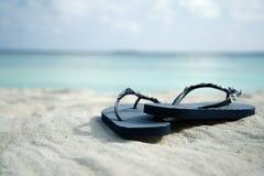 Flipflops auf dem Sand Stockfoto