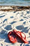 Flipflops auf dem Sand Lizenzfreies Stockfoto