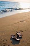 Flipflops auf dem Strand Stockfoto