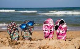 Flipflops auf dem Strand lizenzfreie stockbilder