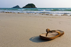 Flipflops auf dem Strand stockbild