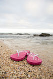 Flipflops auf dem Strand Lizenzfreie Stockfotos