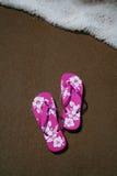 Flipflops auf dem Strand Stockbilder