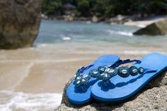Flipflops auf dem Strand Lizenzfreies Stockfoto