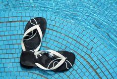 Flipflops auf Pool lizenzfreie stockbilder