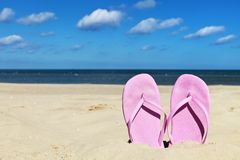 Flipflops auf Strand Lizenzfreies Stockfoto