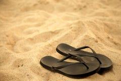 Flipflops auf Strand Stockfotografie