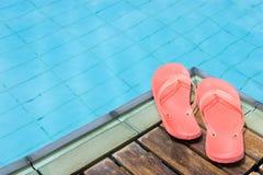 Flipflops durch das Pool Stockbilder