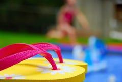 Flipflops durch Pool Lizenzfreie Stockbilder