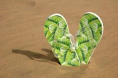 Flipflops im Sand Stockfotografie
