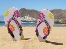Flipflops im Sand Lizenzfreies Stockfoto