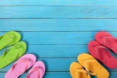 Flipflops mit blauem Decking Stockbilder