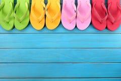 Flipflops mit blauem Decking Lizenzfreies Stockbild