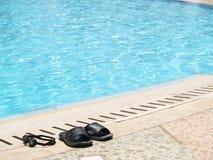 Flipflops am Pool Lizenzfreie Stockfotos