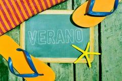Flipflops, Starfish und Tafel mit dem Wort verano, Sommer lizenzfreie stockfotografie