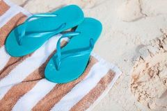 Flipflops am Strand Stockbild